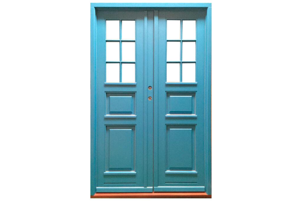 blå dobbeltdør med fyldninger og vandnæse