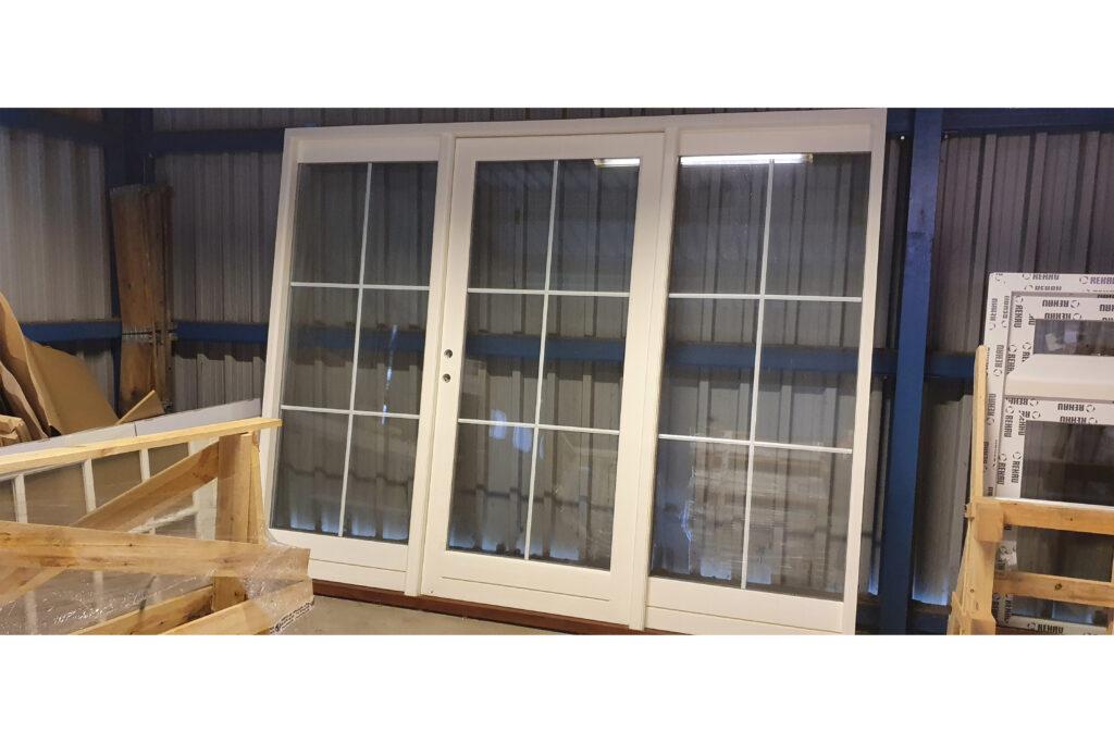 Stort billigt vinduesparti med terrassedør